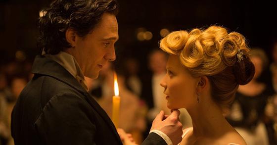Mr. Sharpe e Edith dançando a valsa. Foto: Divulgação.